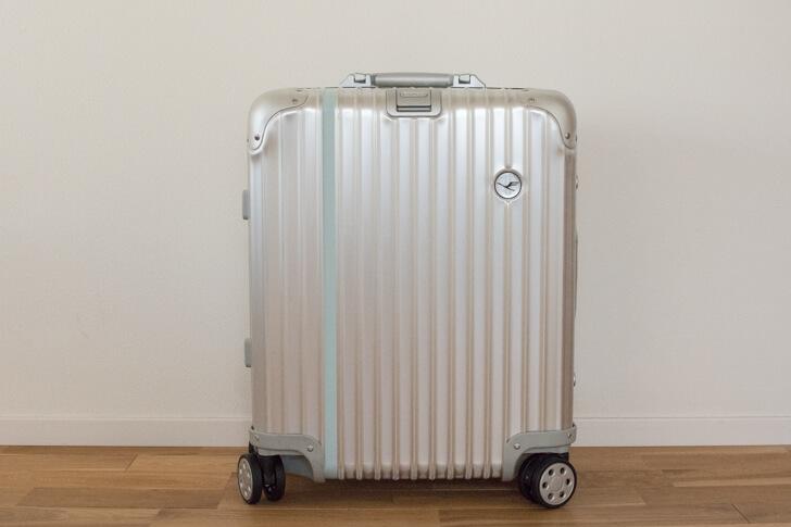7863e627a2 人気のリモワ。ターンテーブルでも同じ種類のスーツケースをよく見かけます。ピックアップする時に間違わないよう、目印をつけました。
