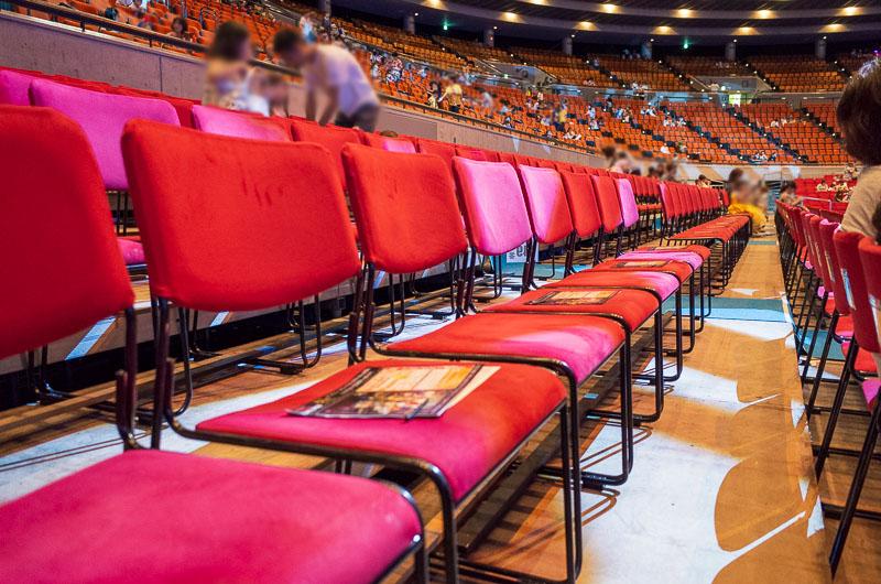アリーナ席の座席