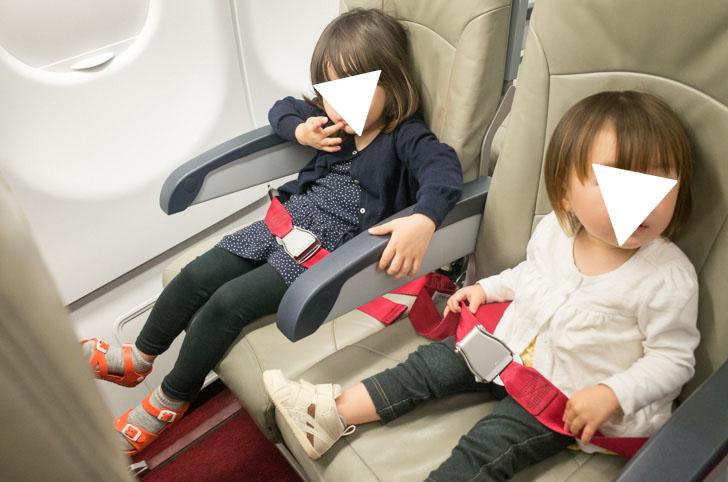 エアアジアの座席に座る子供
