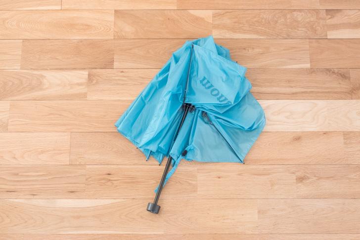 傘の骨を折るところ
