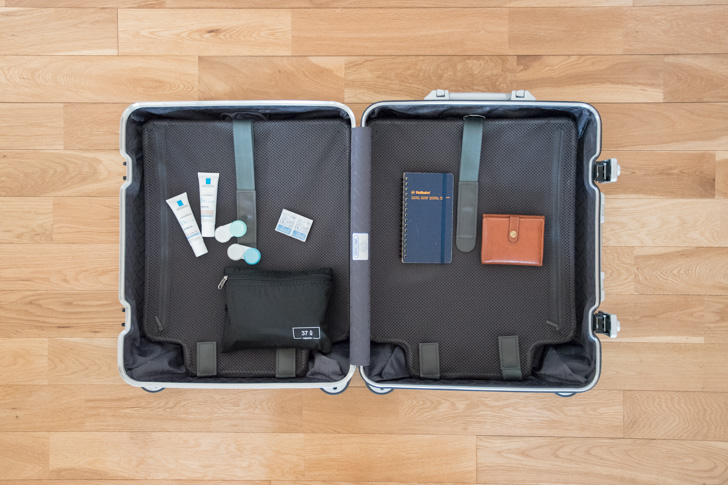 スーツケースと小物類