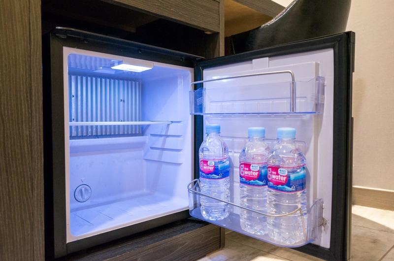 冷蔵庫とミネラルウォーター